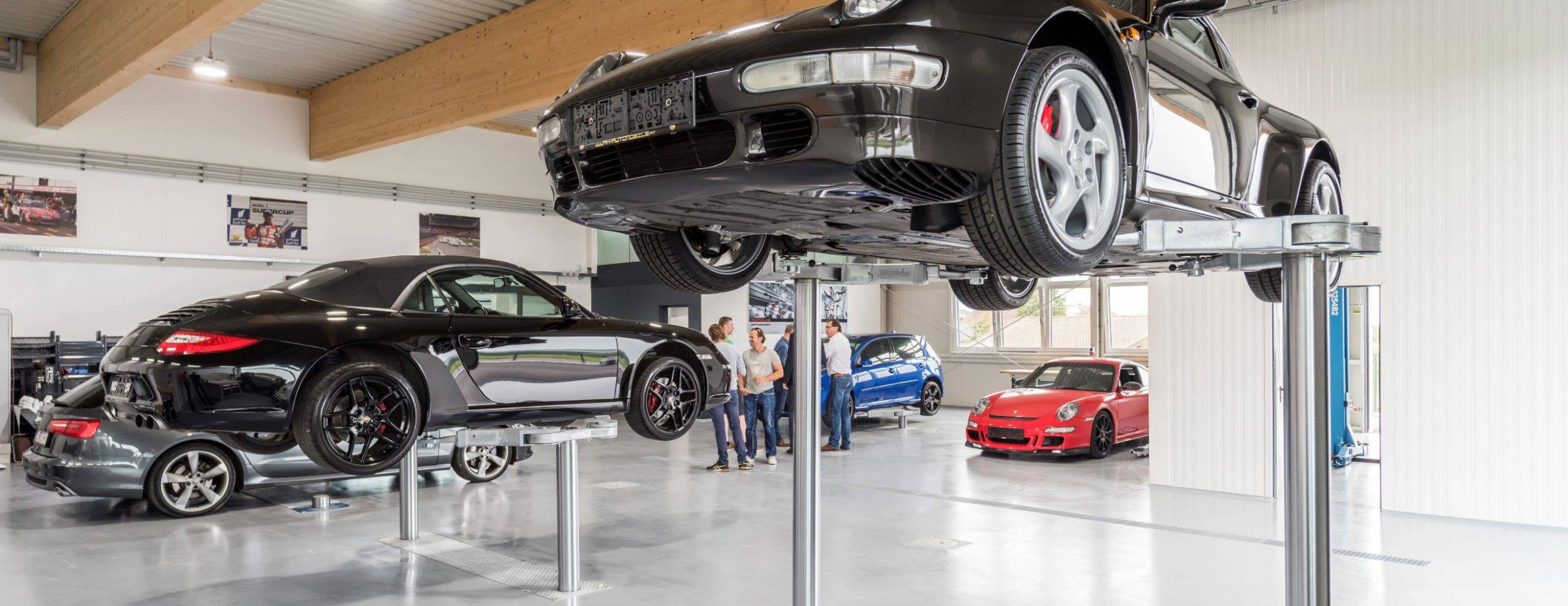 Porschefahrzeuge auf Hebebühne in der R&H Automobile